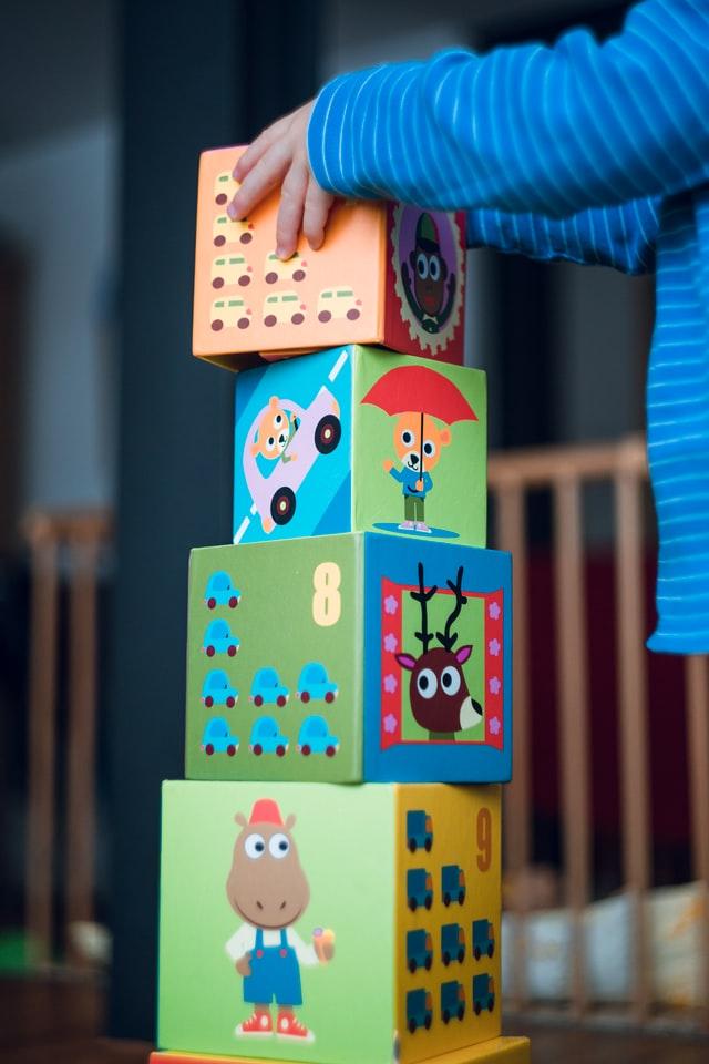 bambino gioca a fare una torre dallo psicologo infantile milano